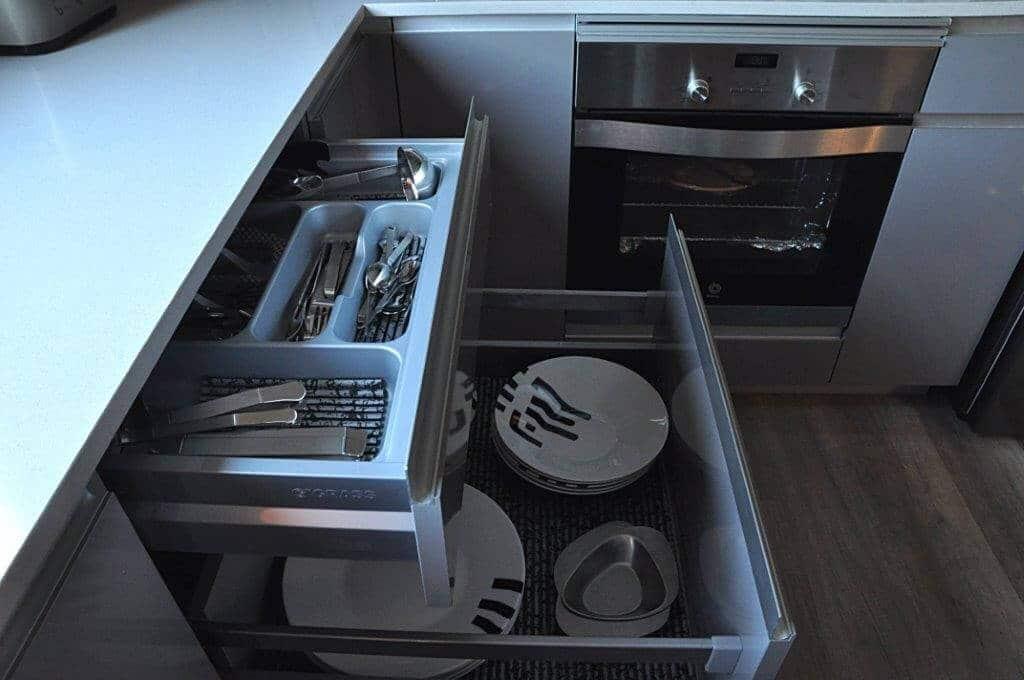 Cocina pequeña con cajones amplios - cocinas a medida