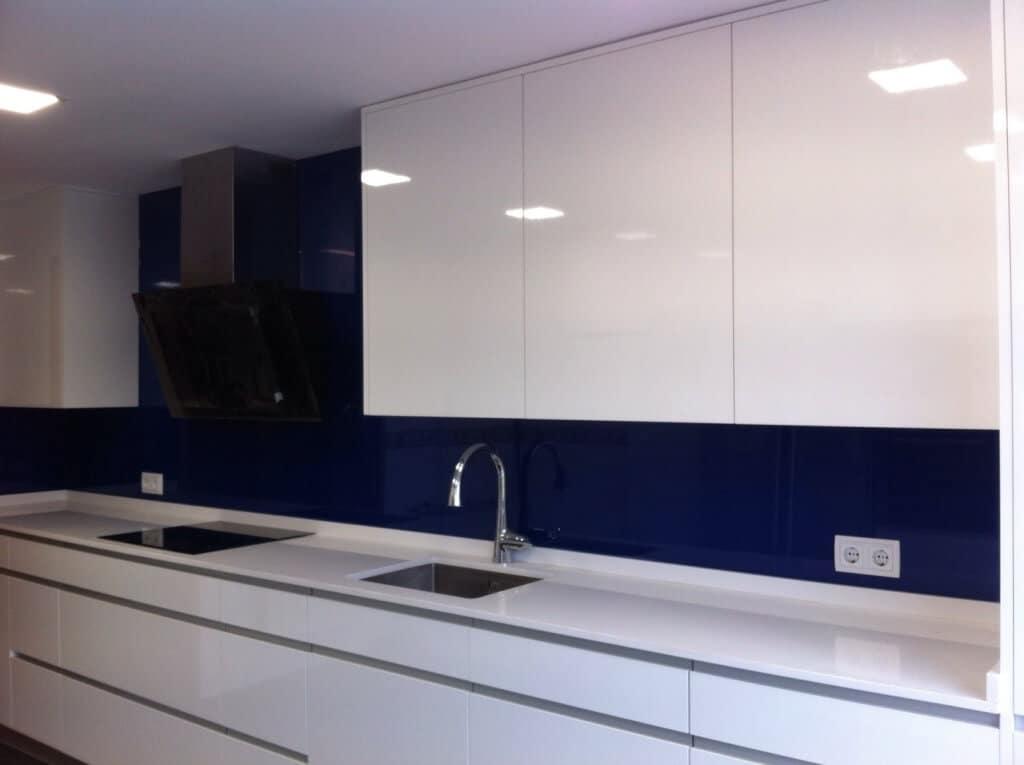 Cocina blanca y azul Yolanda cliente Grupo Coeco - cocinas a medida