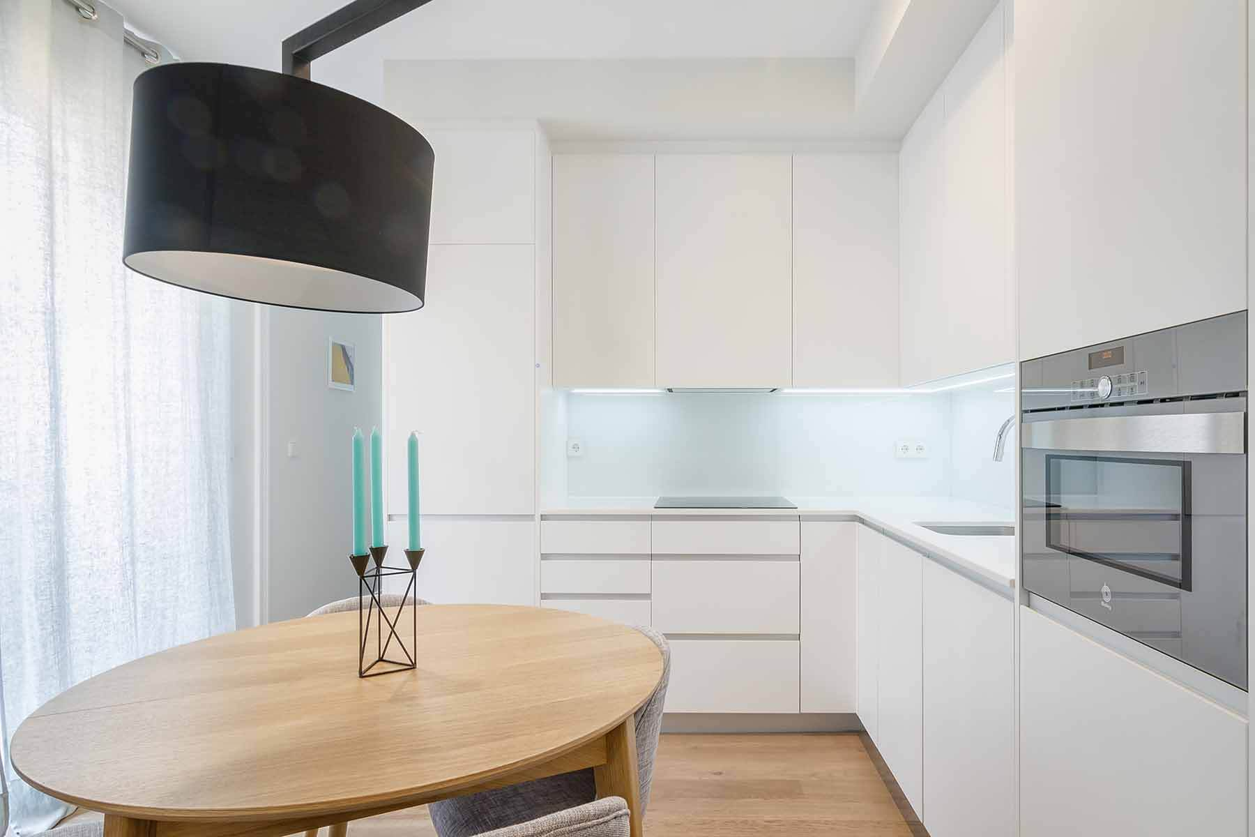 Cocina americana de serie Hölst blanca con iluminación led bajo el mueble - muebles de cocina