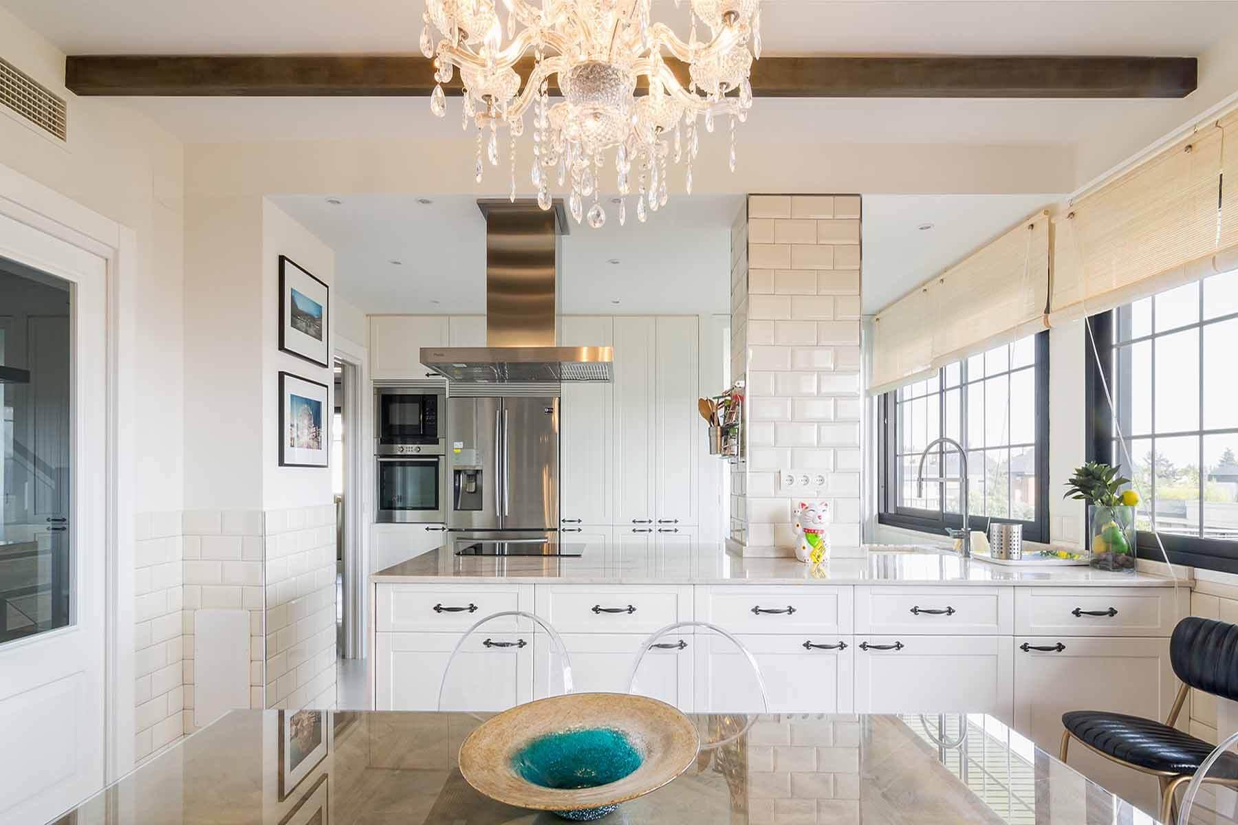 cocina rústica blanca con electrodomésticos en inox - muebles de cocina