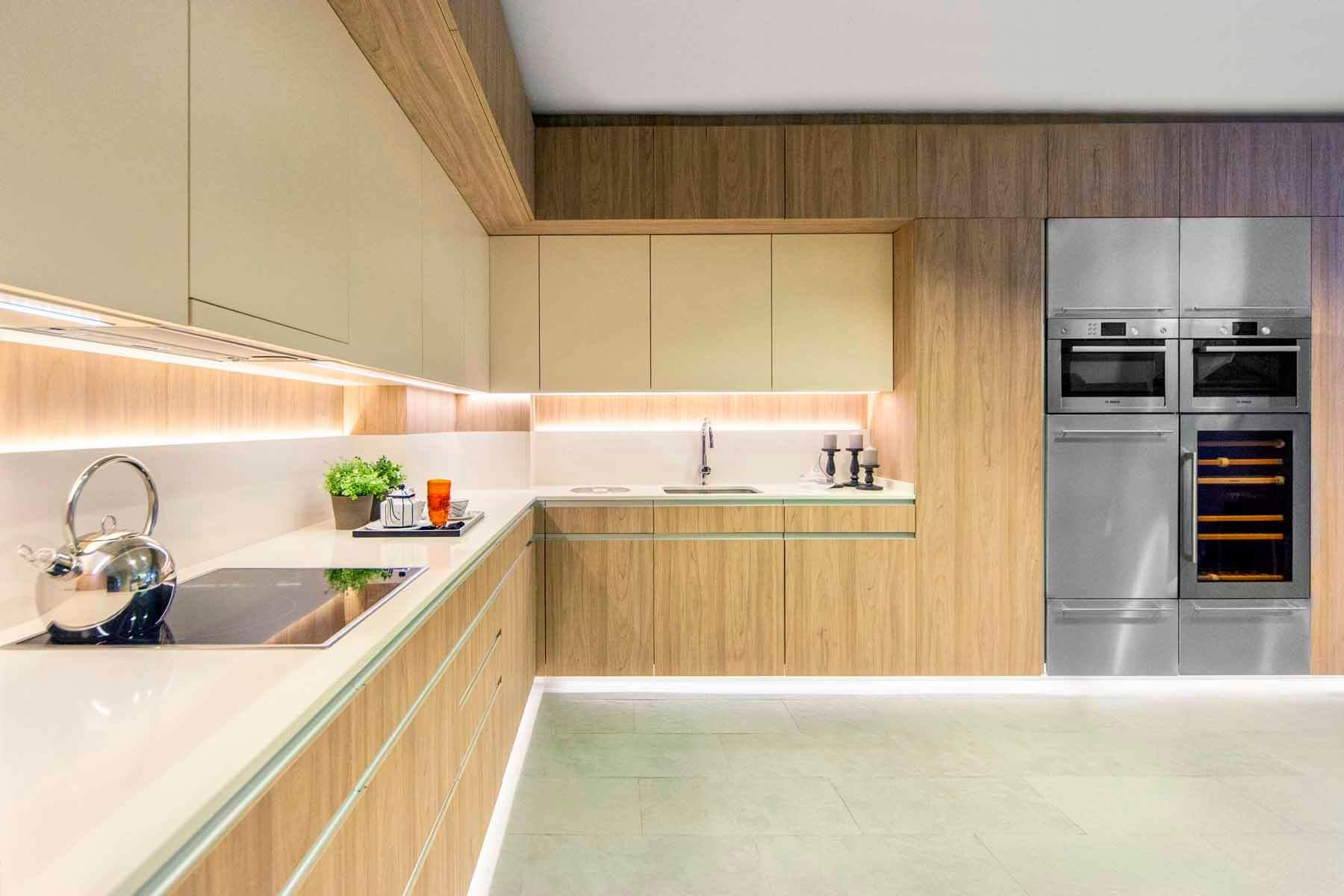 cocina serie Hölst en estratificado madera con encimera de porcelánico - muebles de cocina