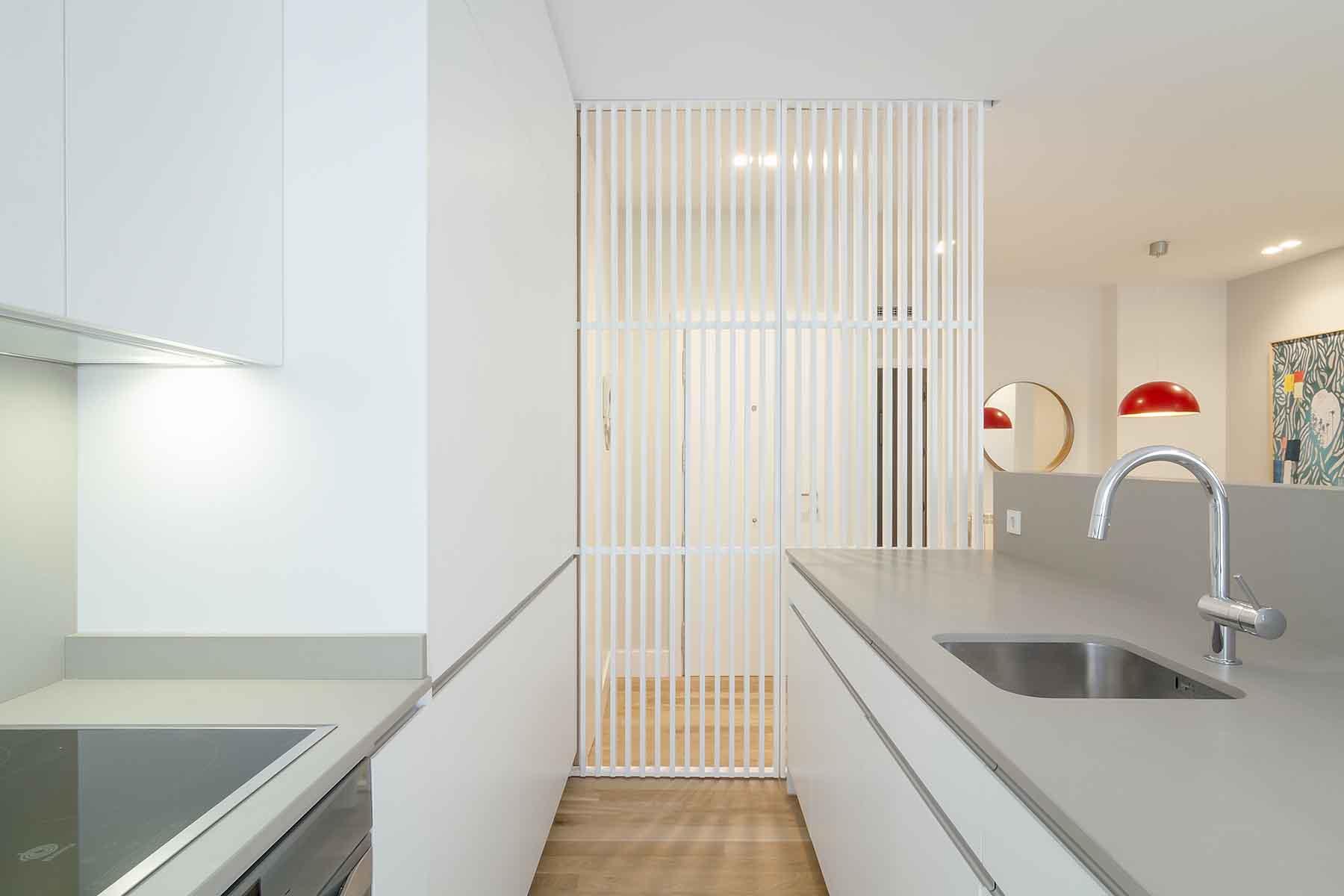 cocina americana con panel decorativo separador del salón - muebles de cocina