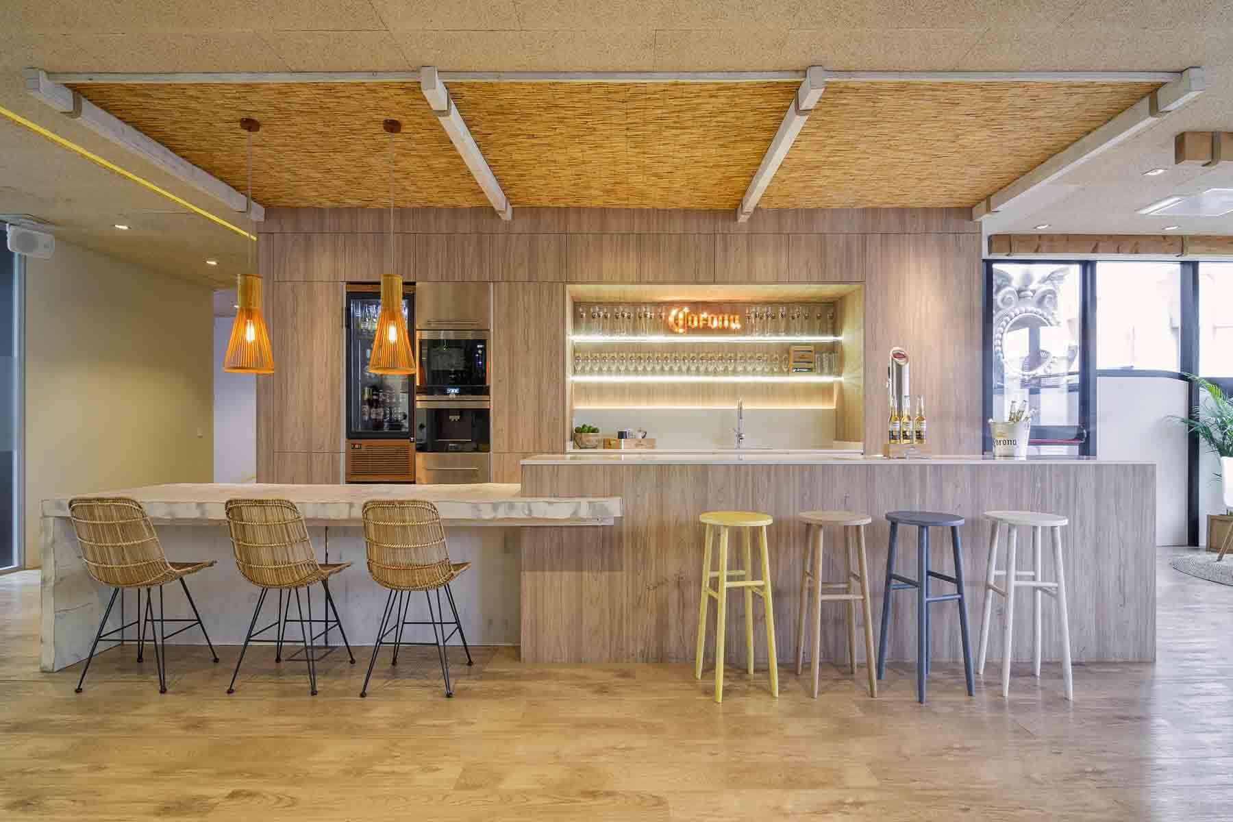 Cocina En estratificado madera con gran isla central a modo de barra - muebles de cocina