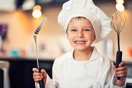 Niño feliz en su cocina de Grupo Coeco