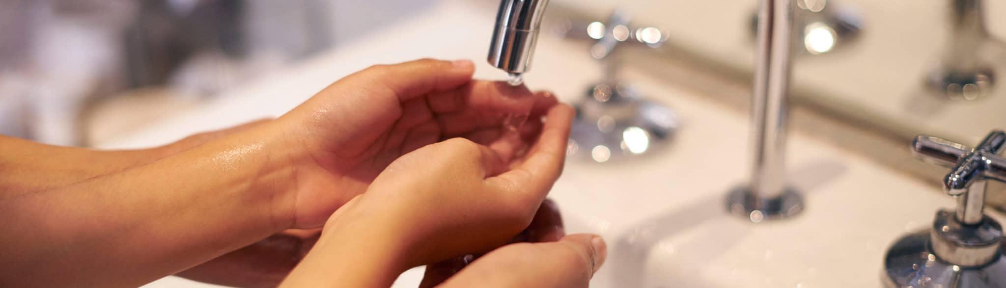 Familia lavándose las manos en un baño de Grupo Coeco