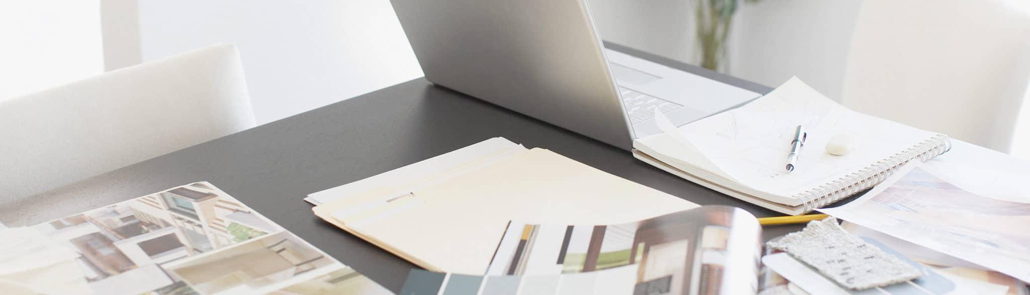 Mesa de arquitectos de Grupo Coeco trabajando diseños de cocinas