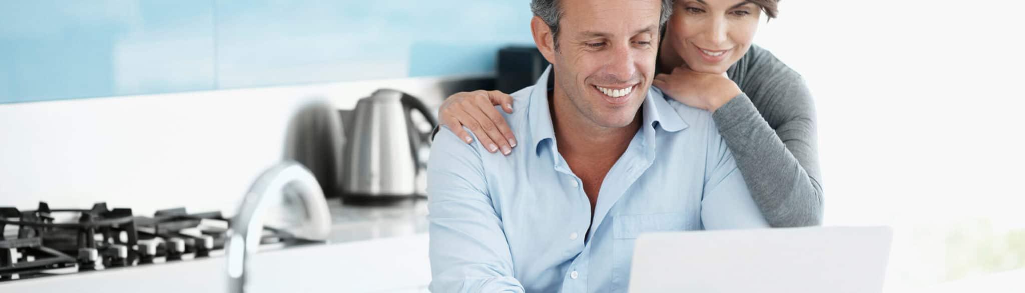 Matrimonio mirando la página web de tienda de cocinas en Madrid de Grupo Coeco