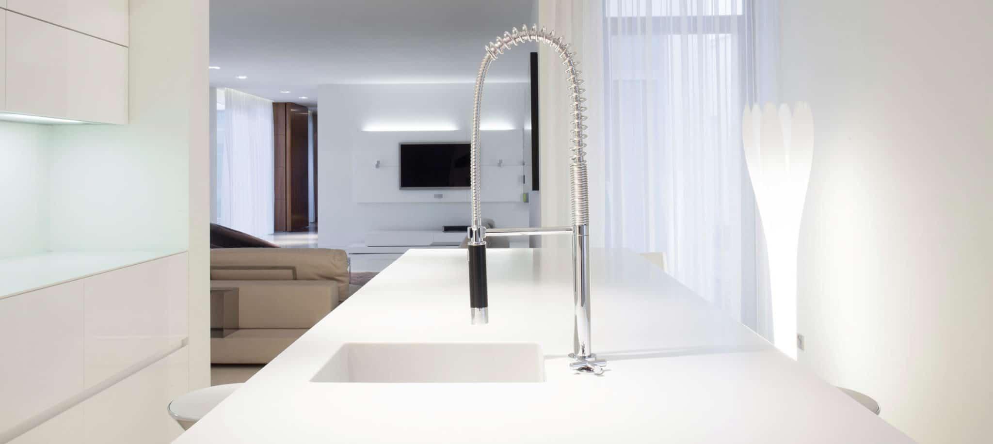 Cocina blanca con grifo grande - muebles de cocina en madrid