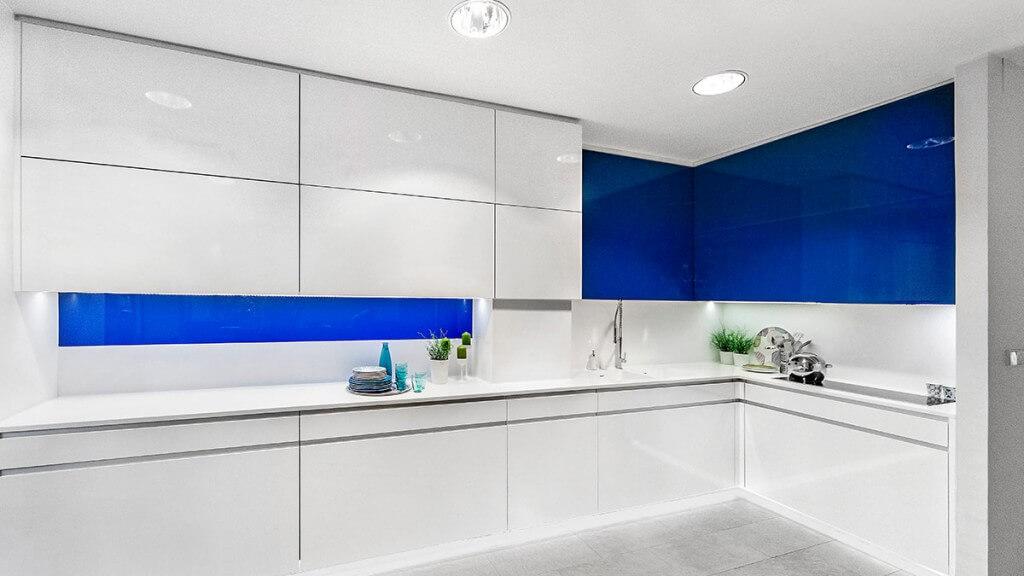 Cocina blanca y azul Serie Hölst - cocinas de diseño