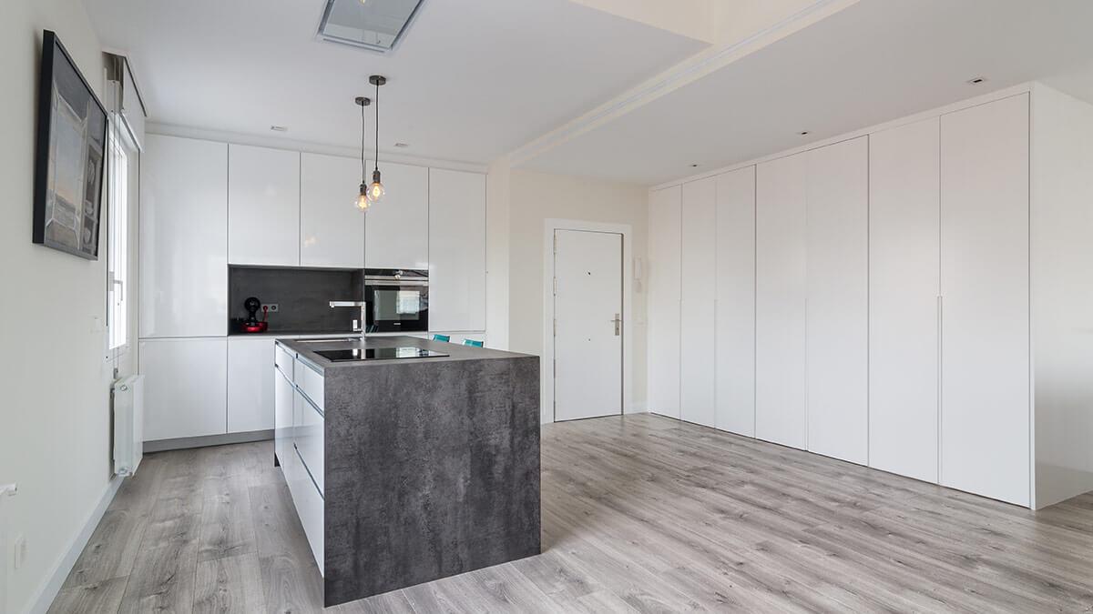 Cocina con isla blanca Serie Hölst - muebles de cocina en Madrid