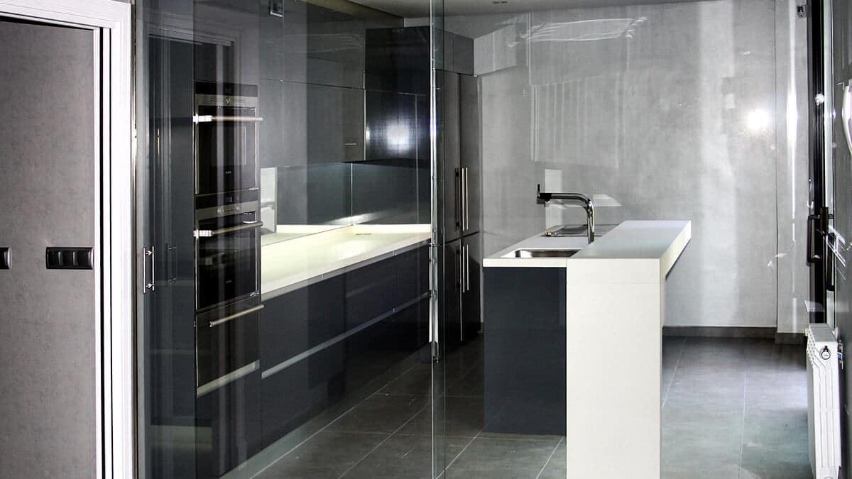 Cocina con isla blanca y negra Serie Köln - muebles de cocina en Madrid