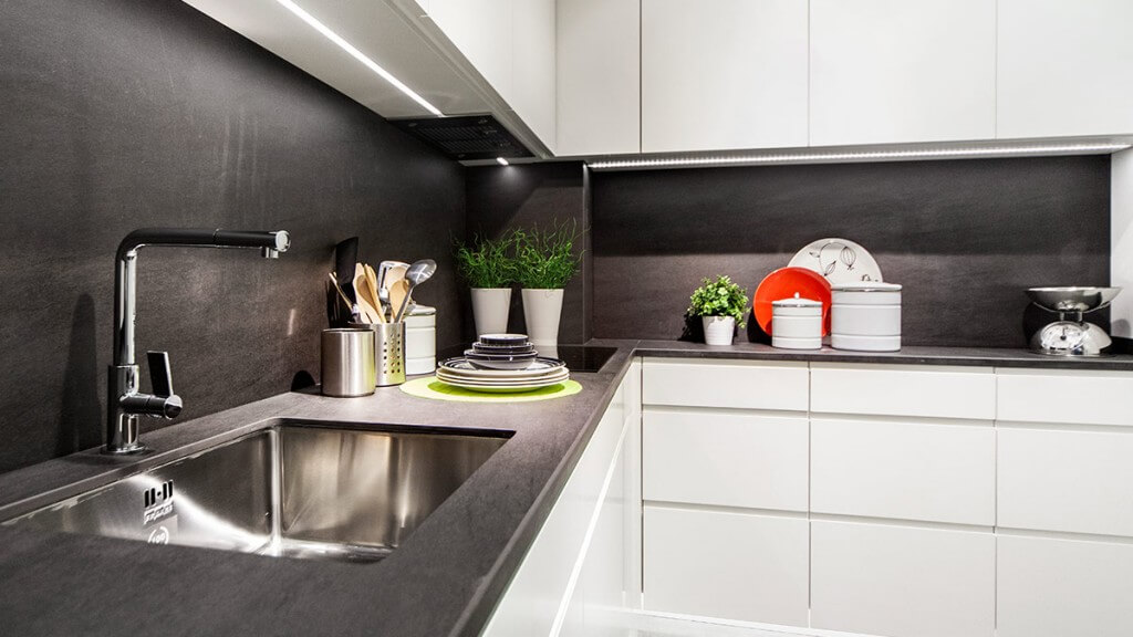 Cocina blanca y negra Serie Leipzig - puertas de muebles de cocina