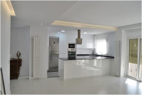Cocina con peninsula blanca Coeco - tienda de cocinas en madrid