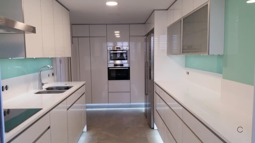 cocina blanca con electrodomsticos cocinas blancas modernas - Cocinas Modernas Blancas