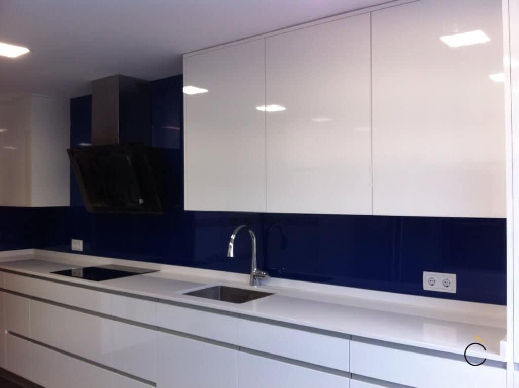 Cocina blanca y azul con campana negra - cocinas blancas modernas