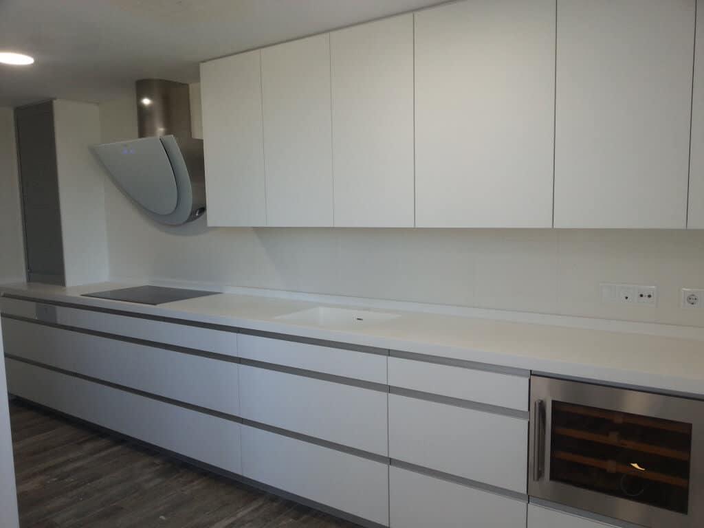 Las 10 mejores cocinas blancas modernas en madrid - Encimera cocina blanca ...