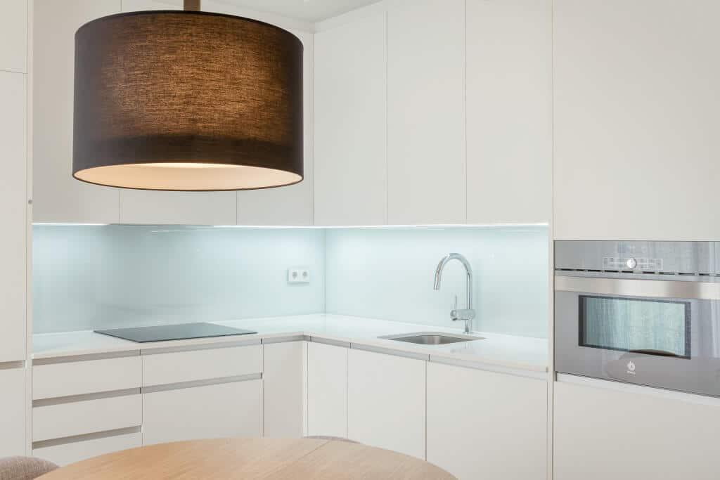 Cocina Con Iluminación Led En La Parte Baja Del Mueble   Iluminacion Cocina