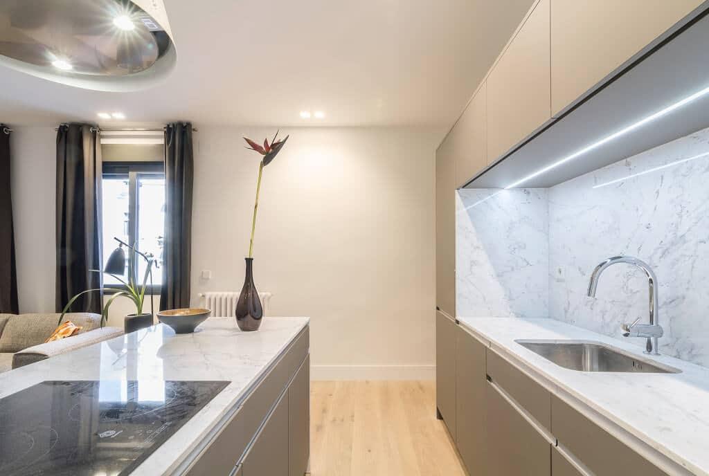 Iluminaci n cocinas luz fr a o c lida para cocina coeco - Iluminacion en cocinas modernas ...