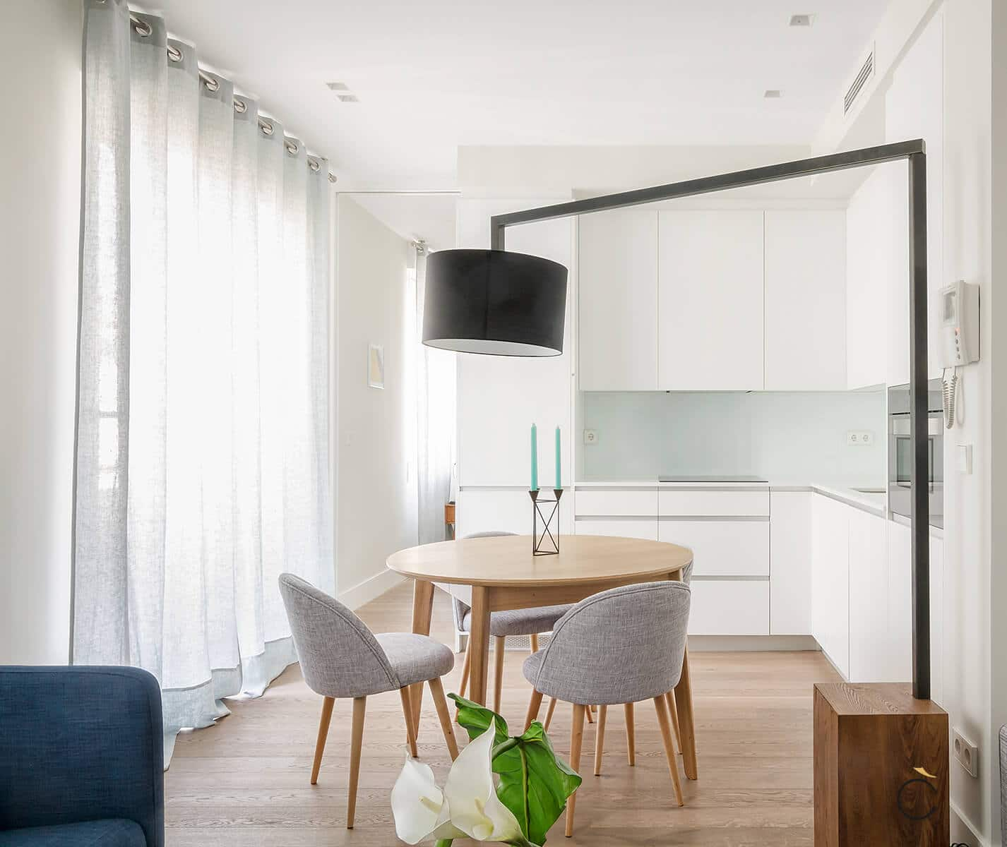 Cocina pequeña moderna con mesa circular en medio - cocinas pequeñas