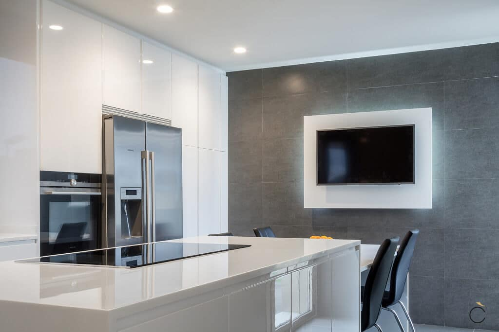 Cocina con isla blanca iluminada - cocinas modernas