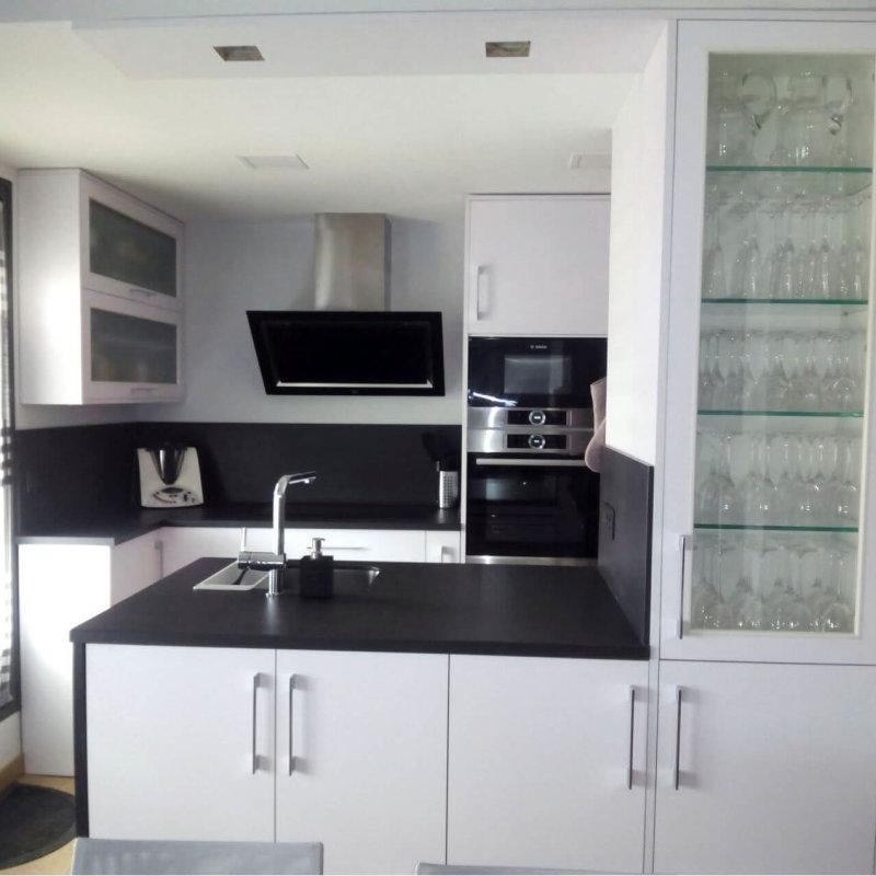 Cocina blanca y negra de Coeco fabricante de muebles de cocina