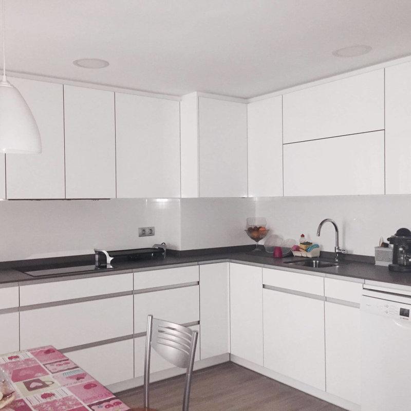 Cocina blanca a medida de tienda de muebles de cocina Coeco