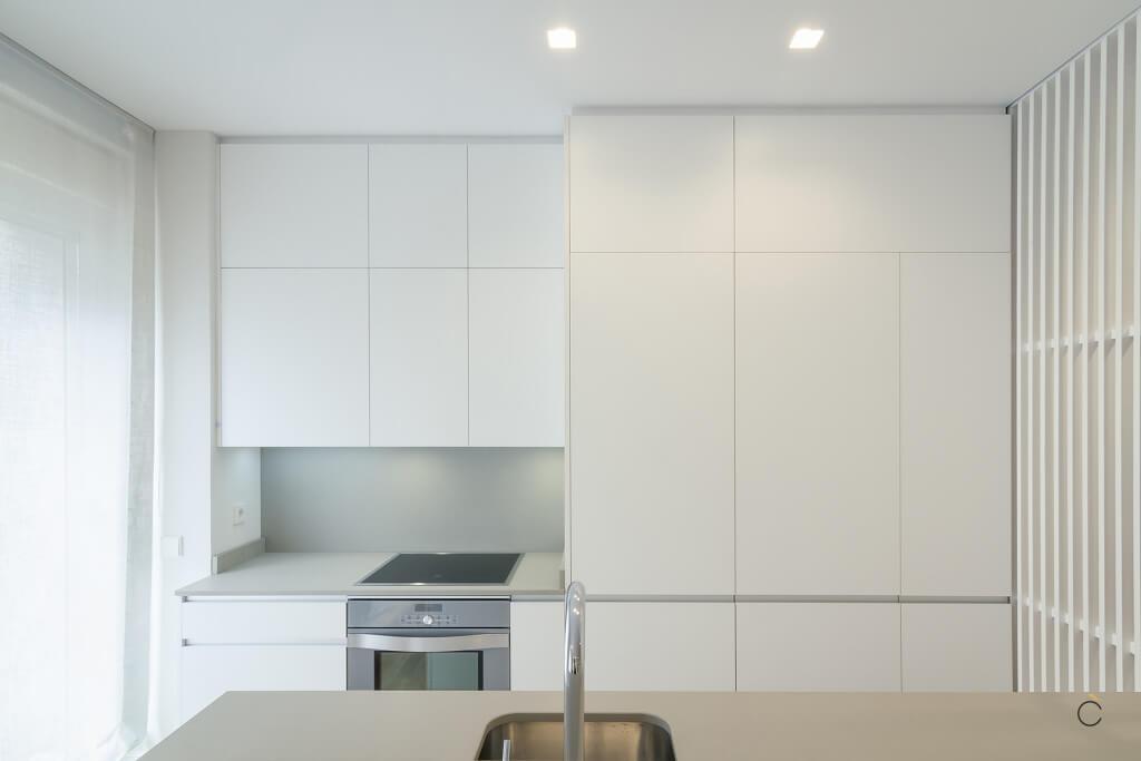 Cocina blanca con muebles altos - cocinas pequeñas