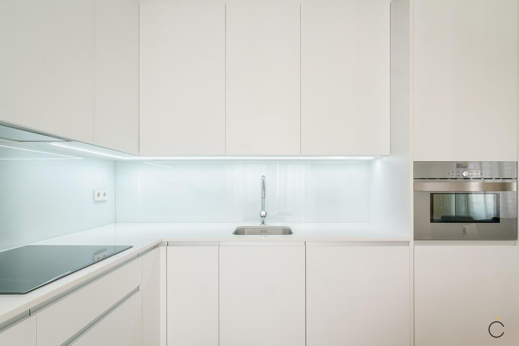Cocina con encimera y muebles altos blancos - Cocinas pequeñas