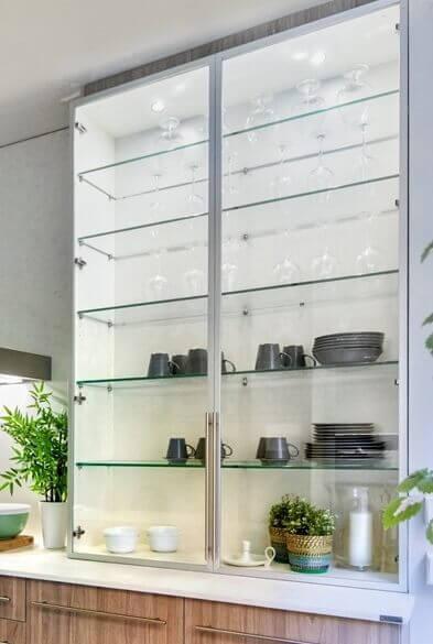 Estantería con puerta de cristal - Cocinas pequeñas