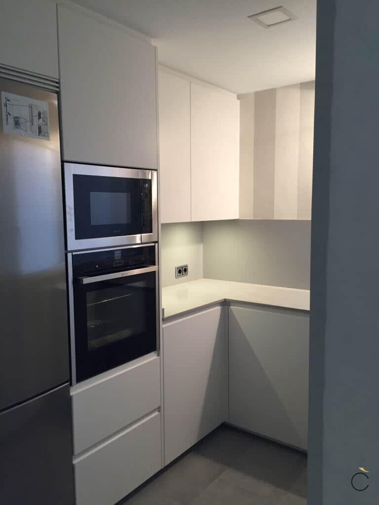 Cocina en forma de L con electrodomésticos integrados - Cocinas pequeñas