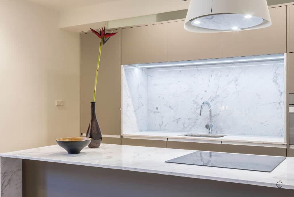 Cocinas modernas con isla americana de estratificado alta presión Fénix, con encimeras de granito