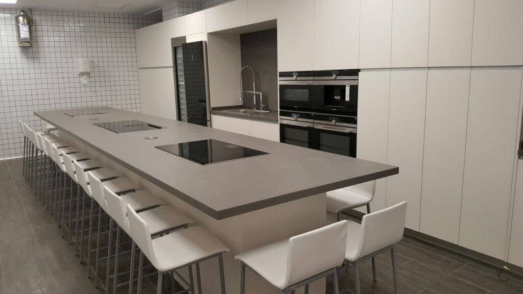 Cocinas modernas con isla en Estratificado blanco brillo y la encimera es Thesize