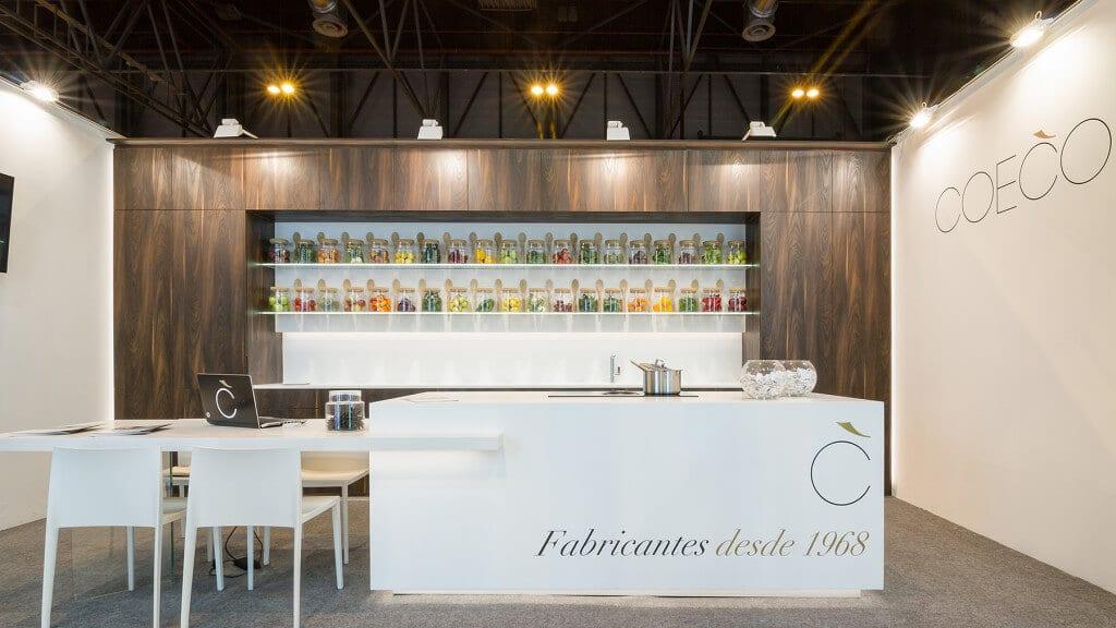 Cocinas modernas con isla de Corian Dupont y muebles estrafificados en tonalidades madera.