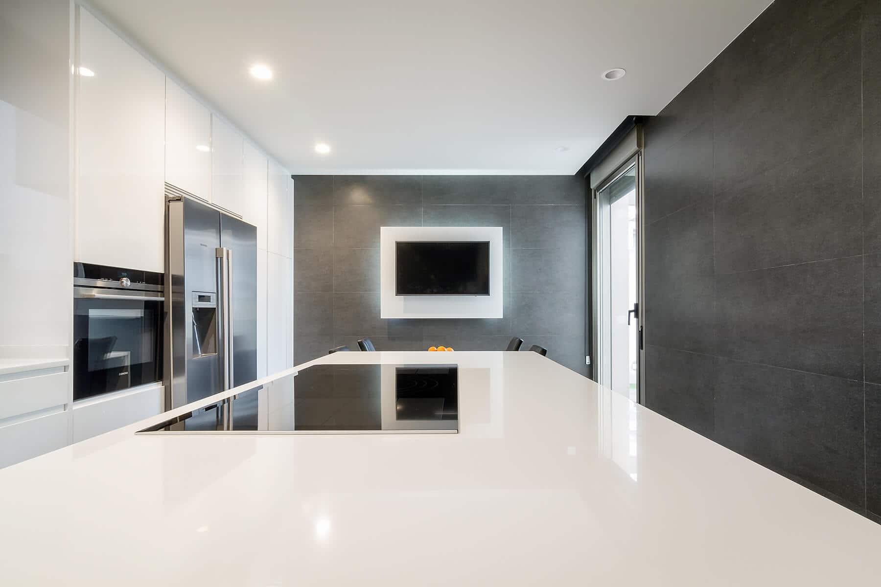 Cocina Hölst blanca con isla que combina con las paredes pizarra grises - muebles de cocina