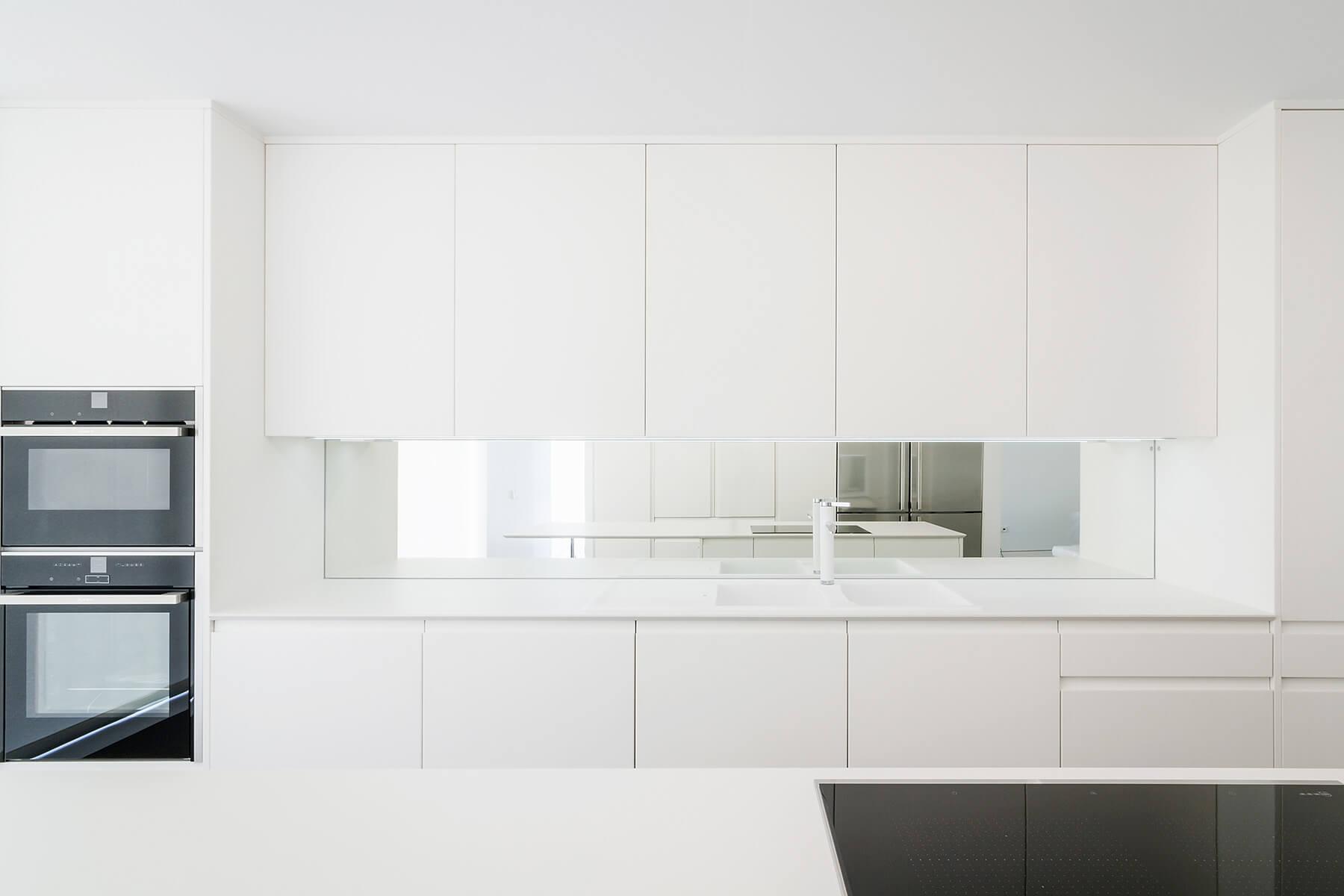 Cocina serie hölst en blanco laca con encimeras e isla en corian - muebles de cocina