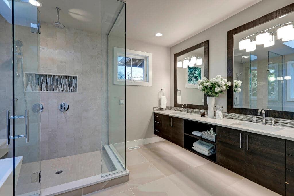Elegante baño a medida con amplia zona de lavabos y ducha de obra independiente con mampara - baños a medida