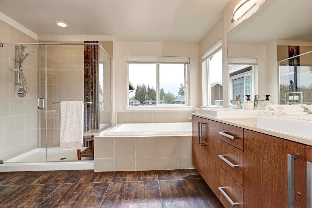 Moderno baño a medida con mueble de madera y dos senos, ducha y bañera independientes - baños a medida