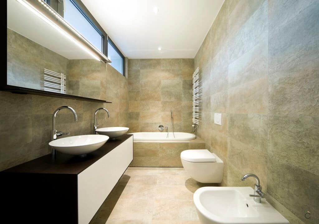 Baño moderno con mueble a medida con dos senos sobre encimera y con toallero calefactable - baños a medida