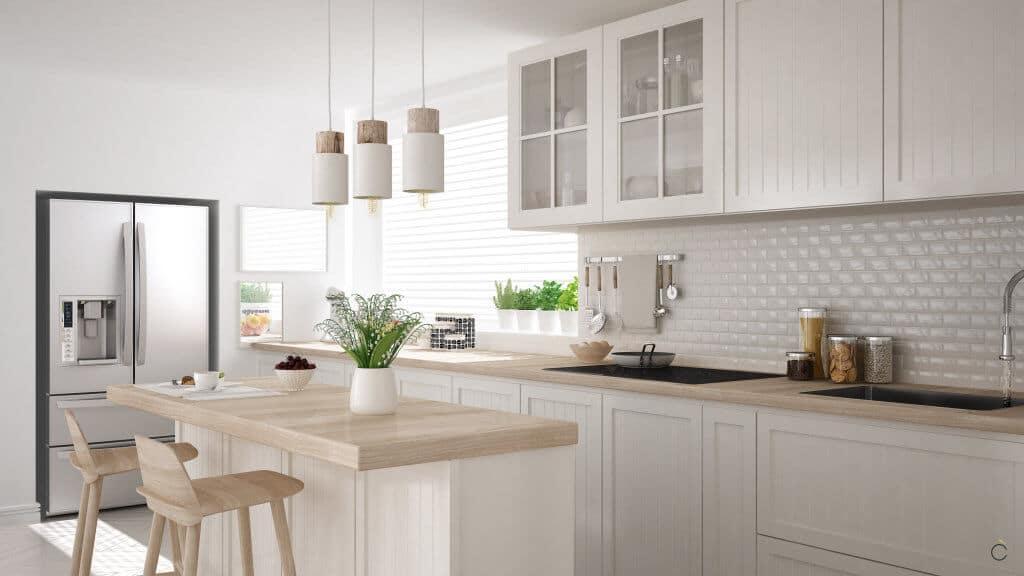 Cocina con muebles lacados blancos y encimera madera - cocinas de madera