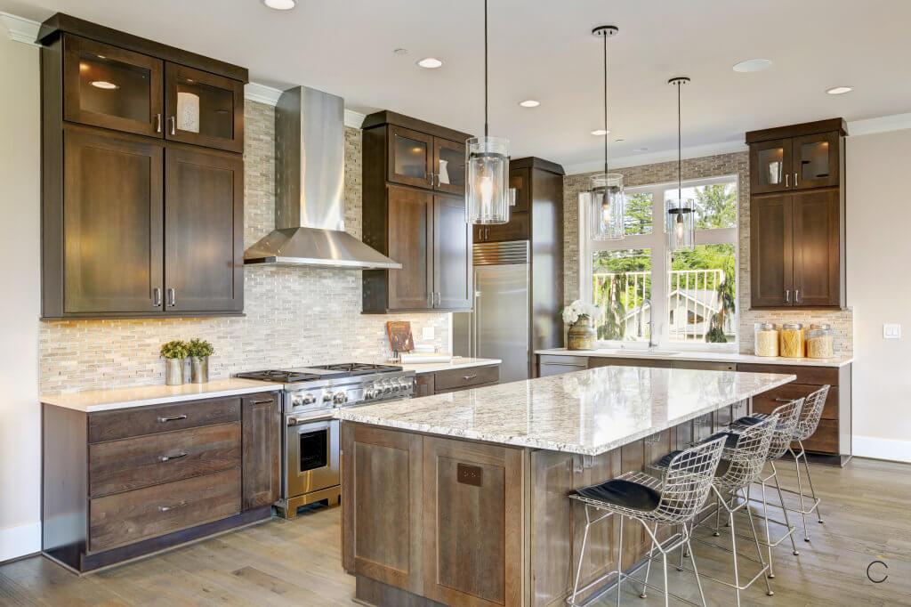 Cocina con muebles de madera oscura y encimera de granito - cocinas de madera