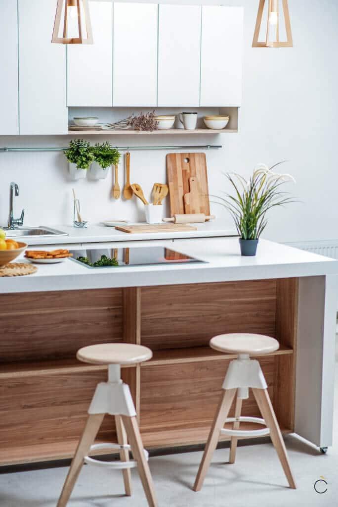 Isla con mueble de madera color cerezo con estantes abiertos - cocinas de madera