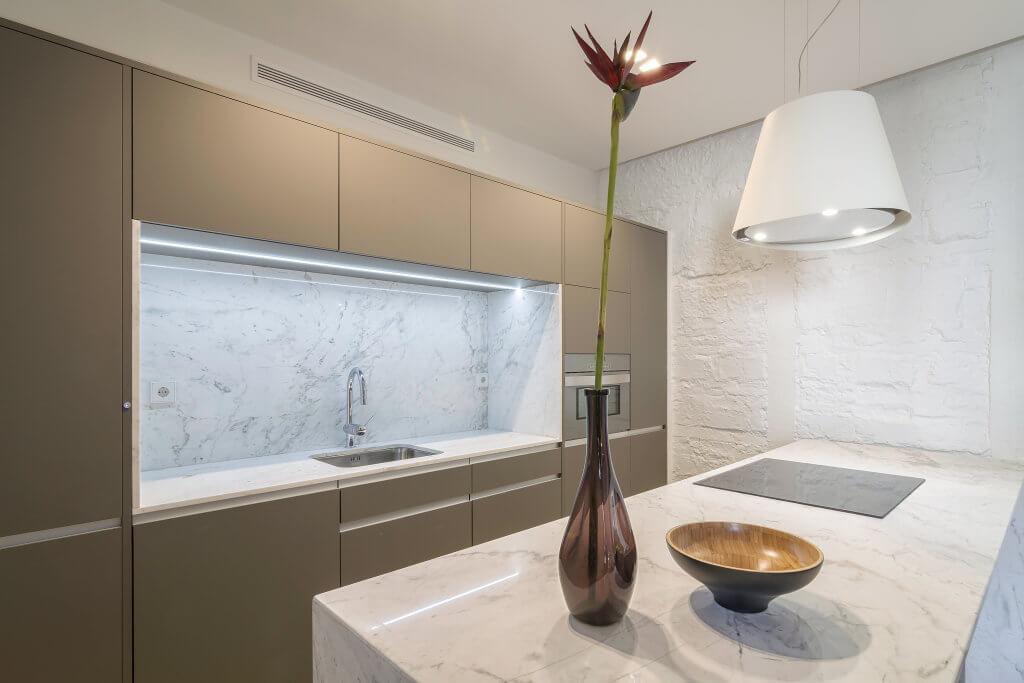 Cocina con muebles estratificados e isla de marmol - diseños de muebles de cocina
