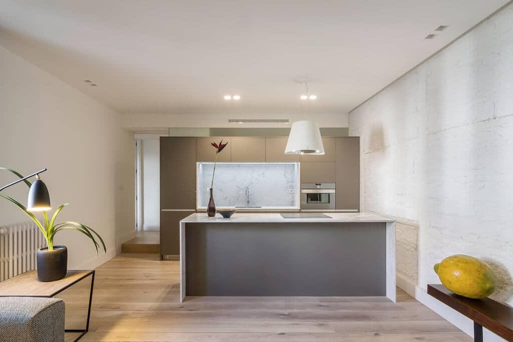 Cocina con isla de marmol y muebles estratificados - diseños de muebles de cocina