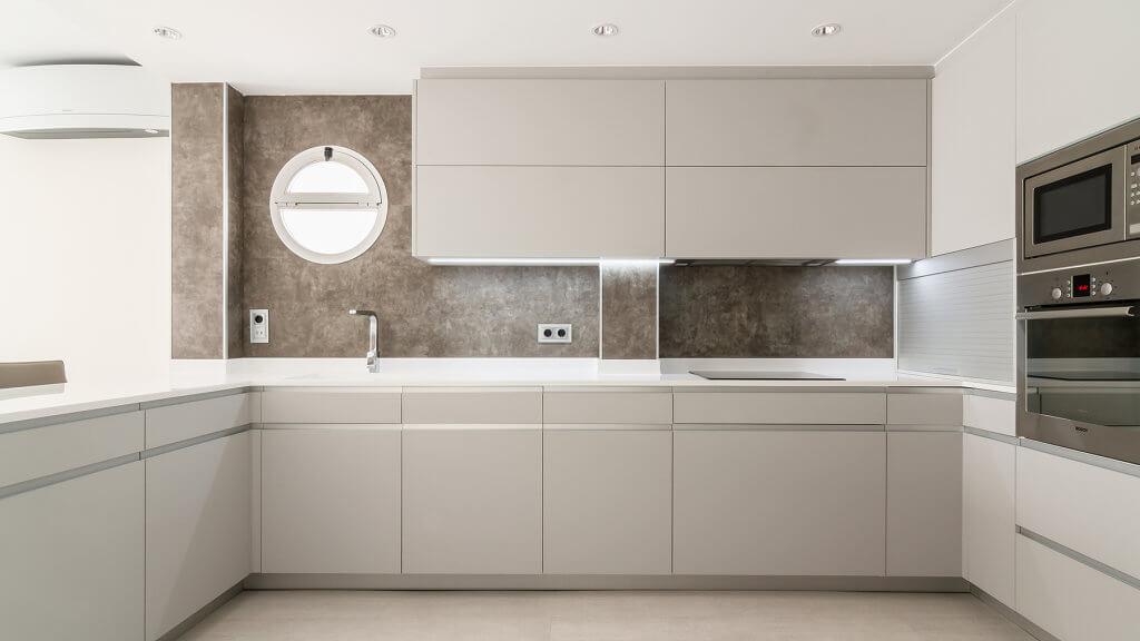 Cocina en forma de U con mueble persiana integrado en zona columnas - diseños de muebles de cocina