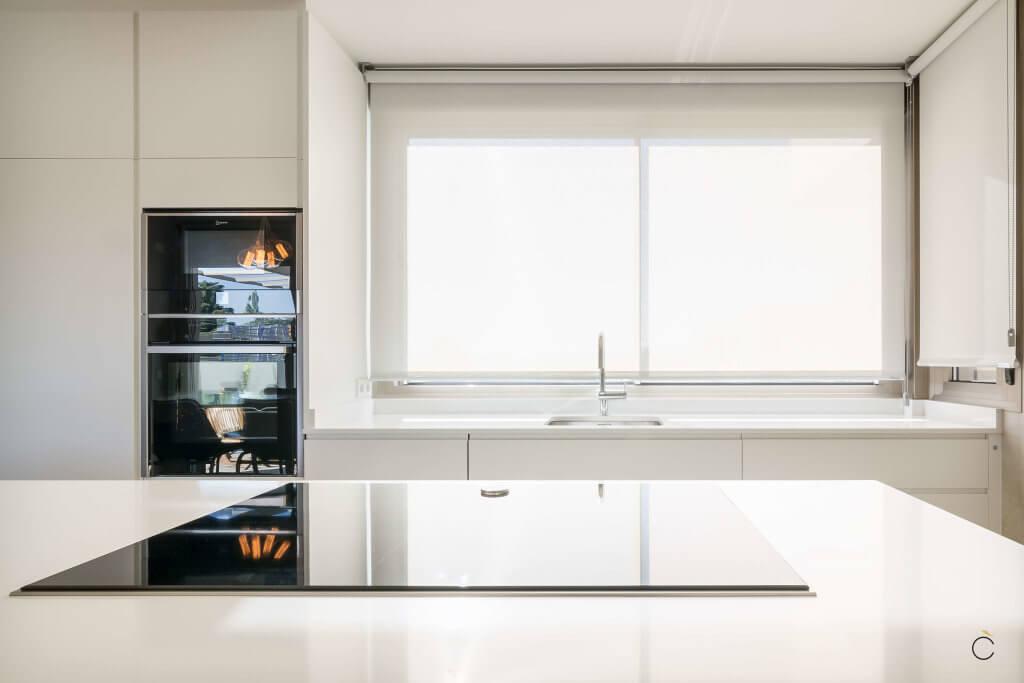 Cocina blanca lacada con encimera Corian - Diseños de muebles de cocina