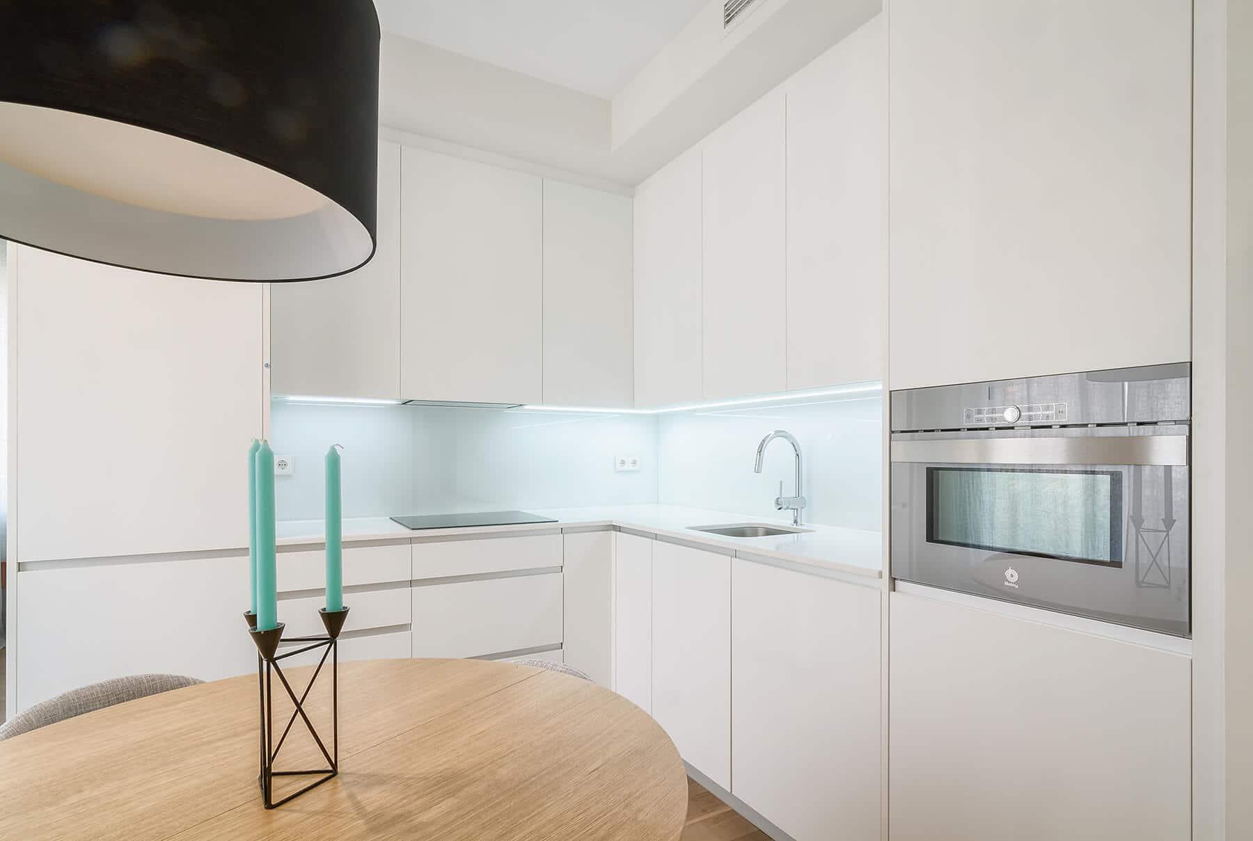 Cocina blanca con mesa de madera - cocinas madrid