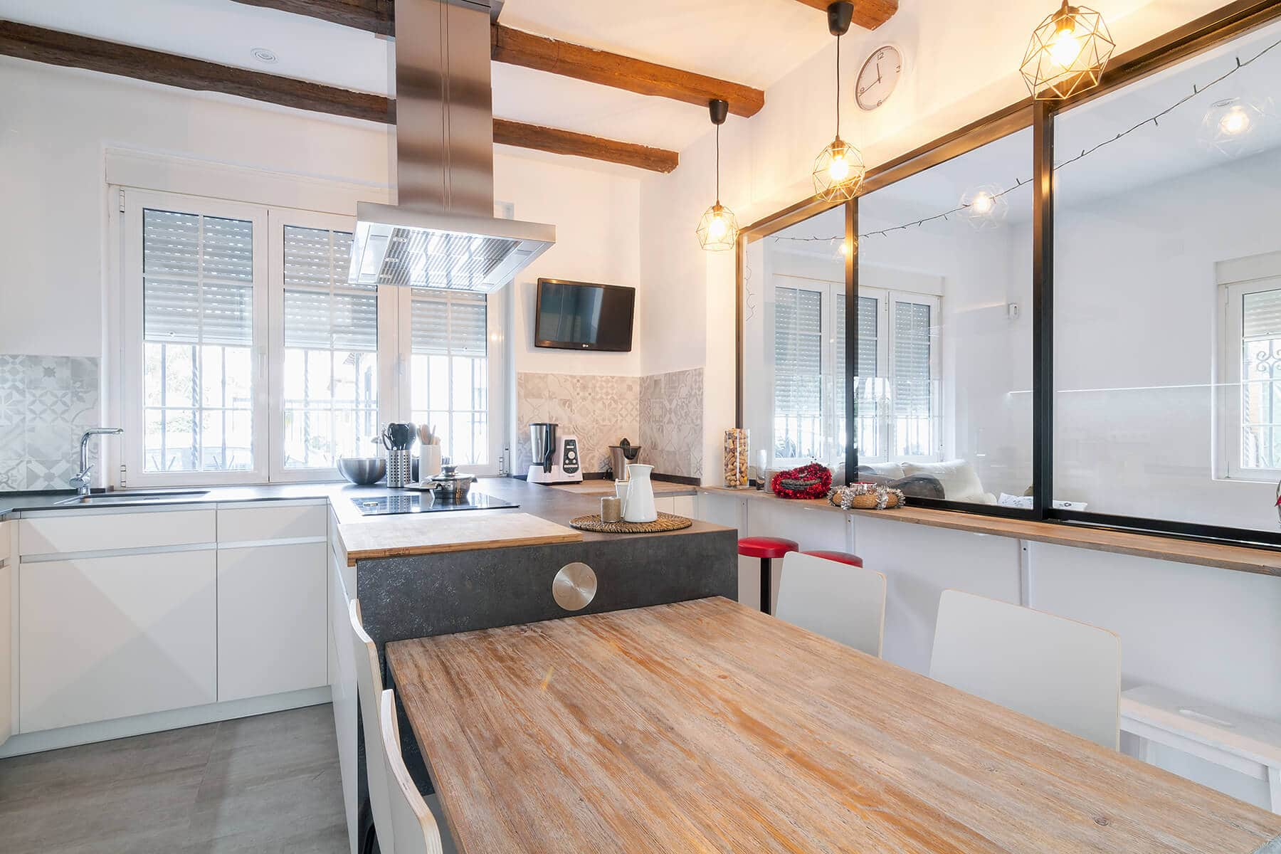 Cocinas con península y mesa auxiliar de madera