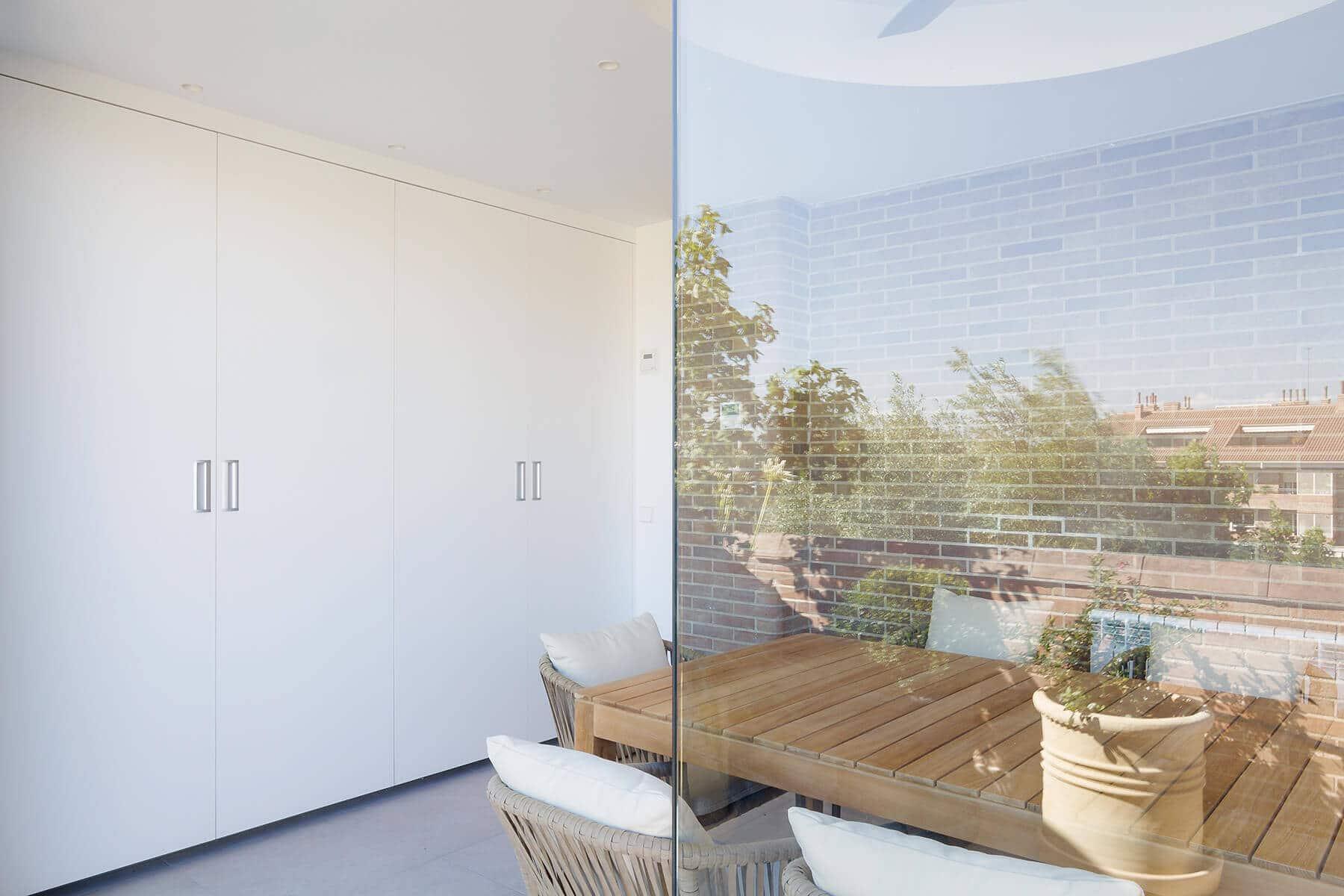 Cocinas lineales con un solo frente con puertas escamoteables