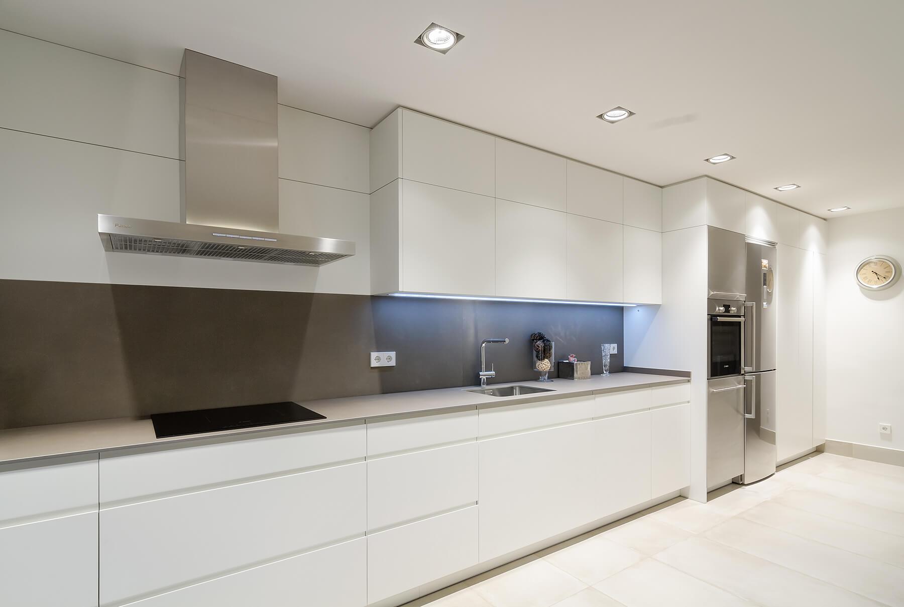 Cocinas lineales con un solo frente en tonos blanco y beige