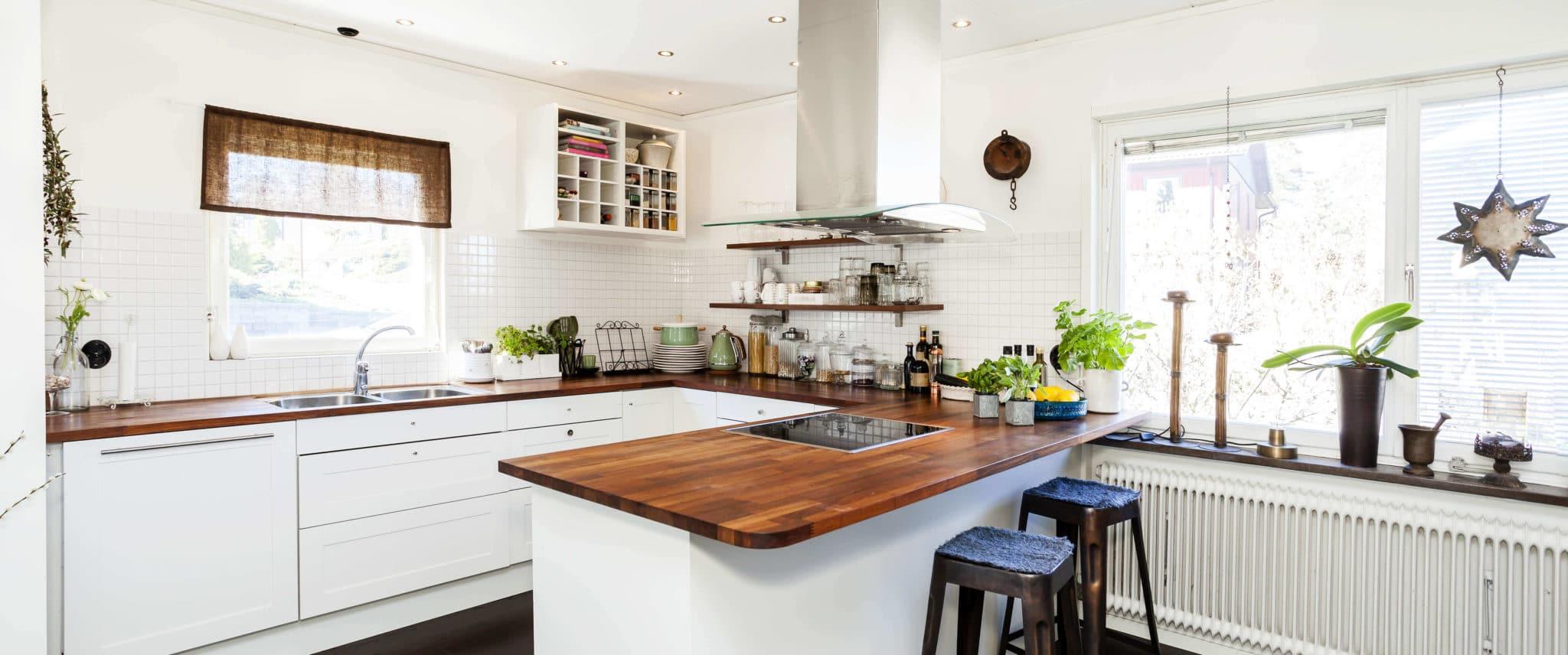 Cocina con península y encimera de madera - como limpiar la encimera de cocina